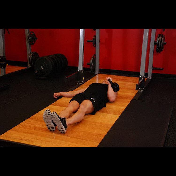 Жим гири одной рукой лежа на полу