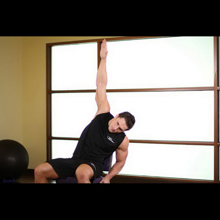 Растяжка широчайших мышц спины сидя