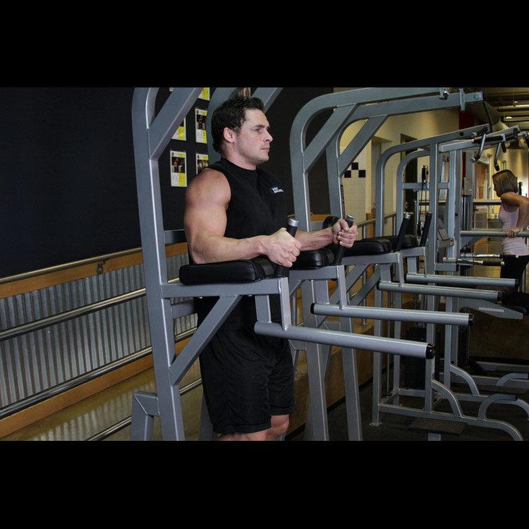 Подъем ног в тренажере с упорами для локтей
