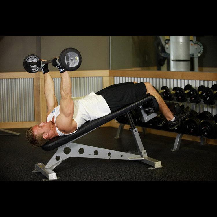 Комплексное упражнение на трицепс на наклонной скамье